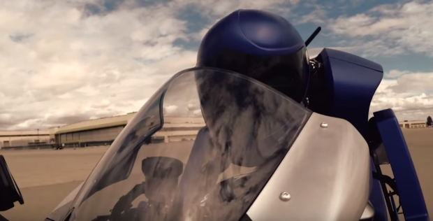 Le premier robot capable de piloter une moto de course