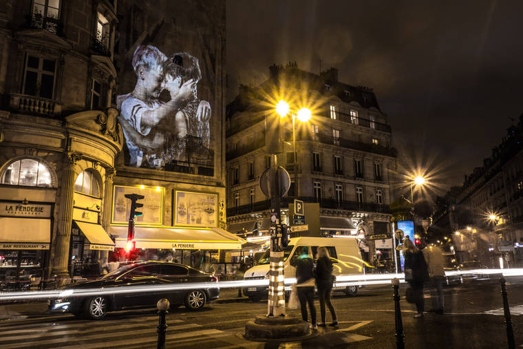 projections-couples-baisers-paris-9