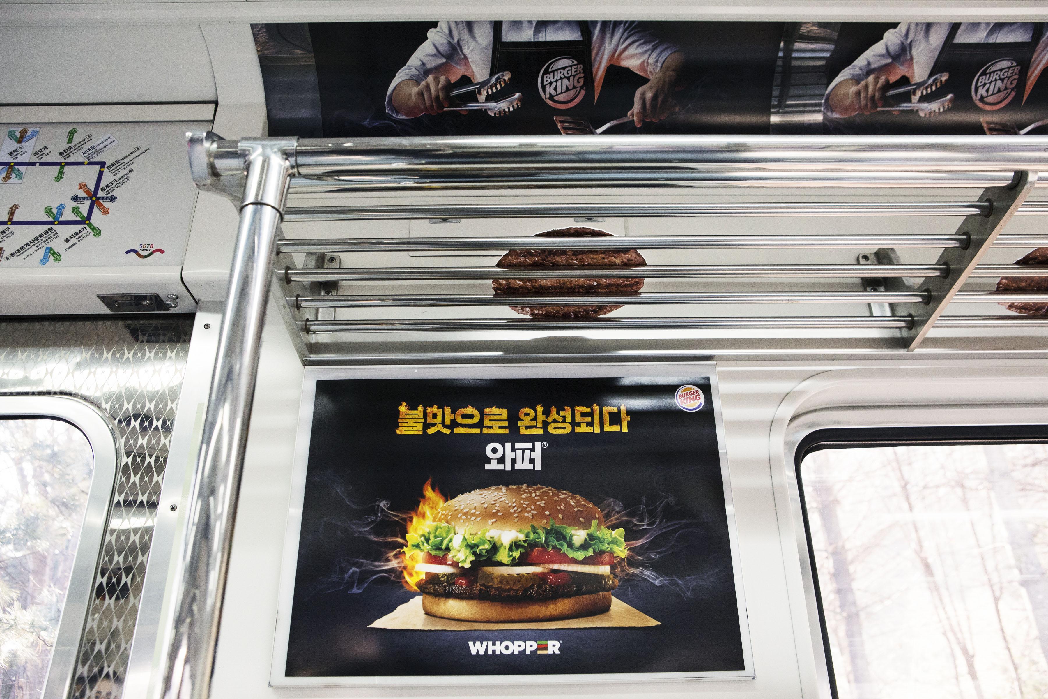 Burger King détourne brillamment les porte-bagages du métro pour communiquer