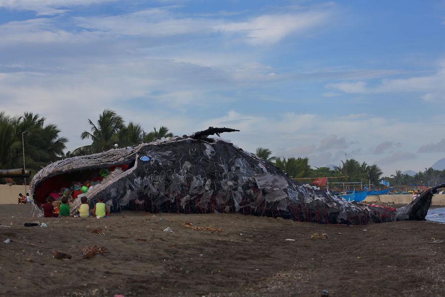 Cette baleine échouée est remplie de plastiques pour sensibiliser à la pollution