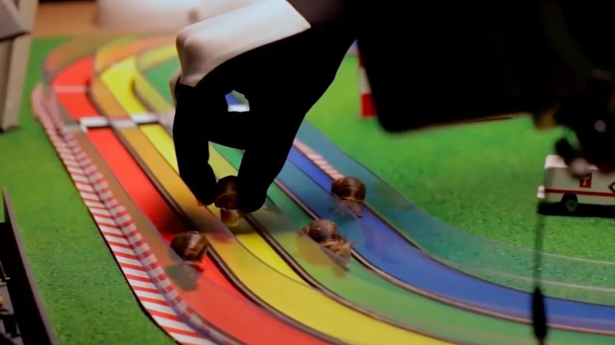 Une course d'escargots pour promouvoir la batterie d'un smartphone