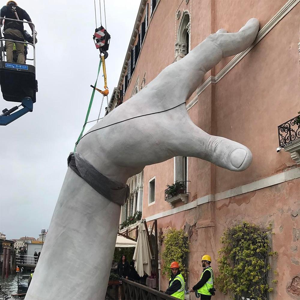 Ces mains soutiennent Venise pour sensibiliser au ...