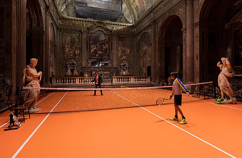 Un court de tennis dans une église désaffectée