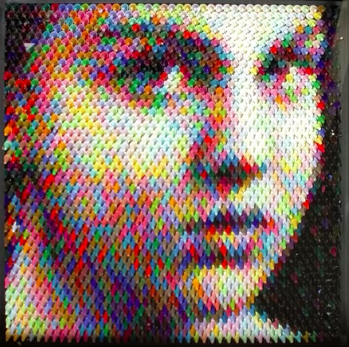Christian Faur joue avec des crayons pour les transformer en pixels
