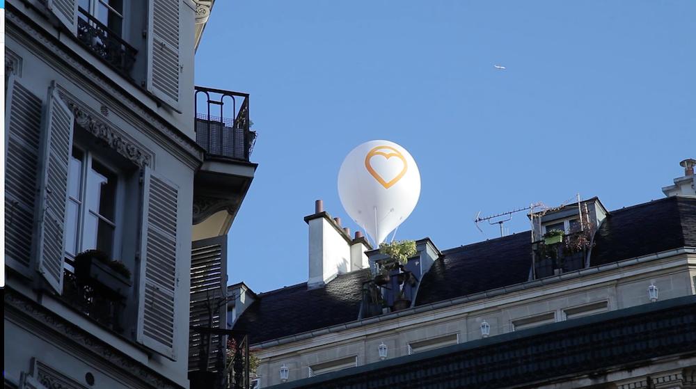 Ce site immobilier attache des ballons sur le toit de ses biens à Paris