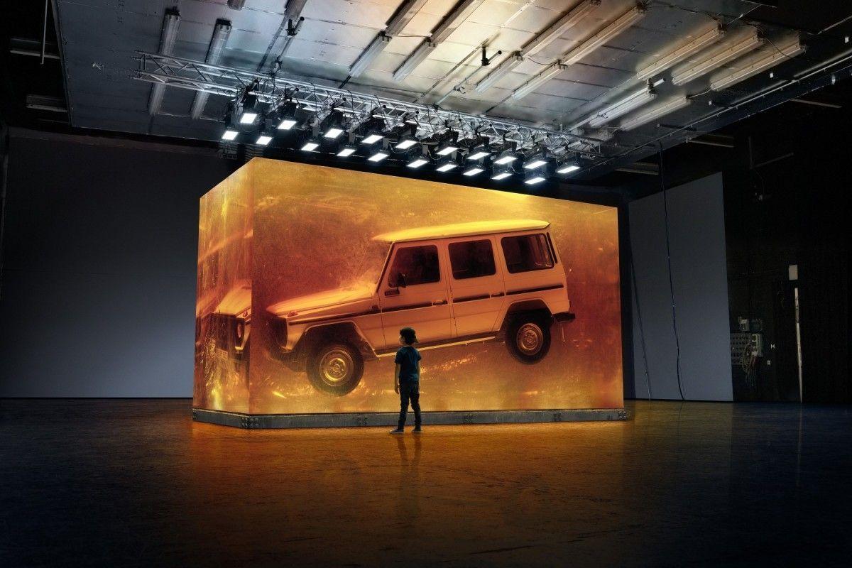 Mercedes s'inspire de Jurassic Park et conserve une voiture dans de la résine