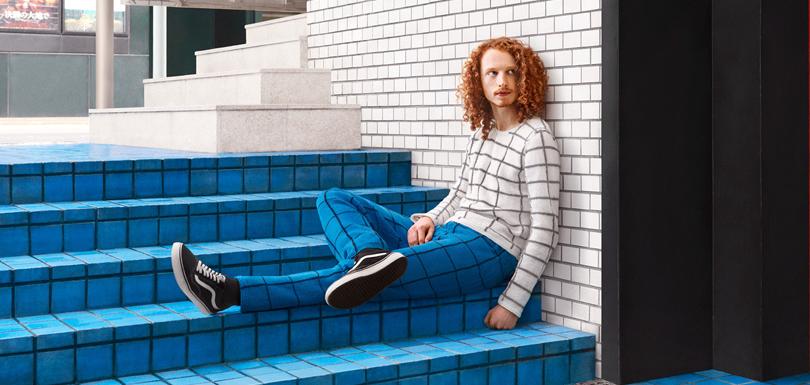 Cet artiste rend ses modèles invisibles en tricotant l'environnement