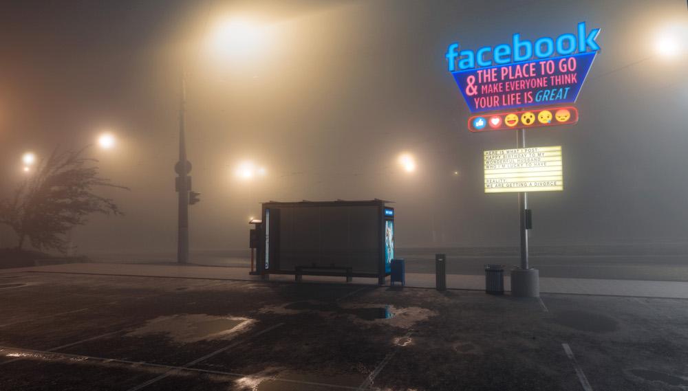 Mike Campau tacle les réseaux sociaux façon publicités américaine avec des néons