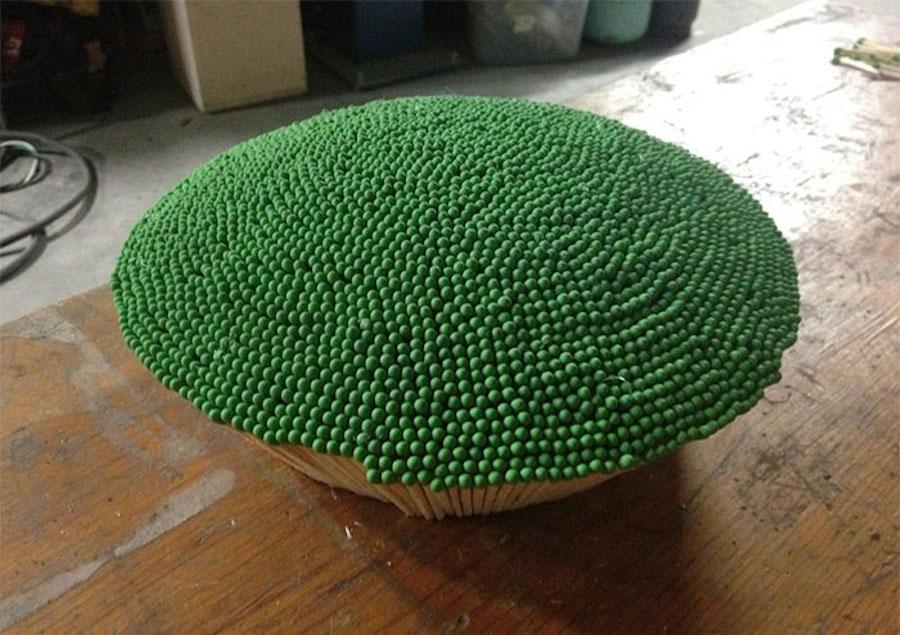 Il crée la plus grande sphère possible en collant des allumettes... et y met le feu