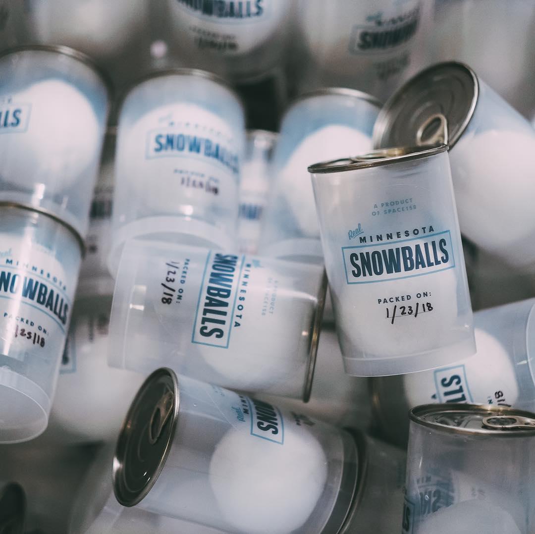 Ce distributeur vend des boules de neige à 1 dollar pour les lancer sur vos amis
