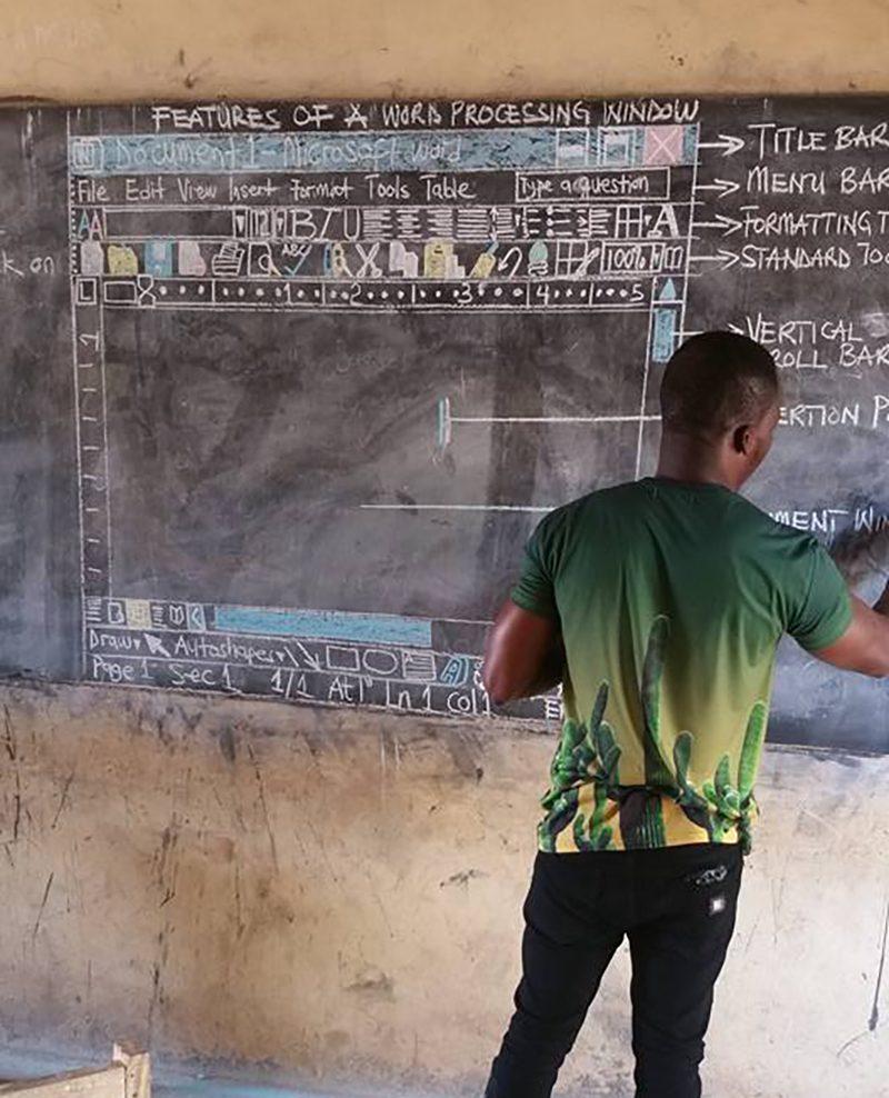 Au Ghana, ce prof dessine sur un tableau noir pour apprendre Word à ses élèves
