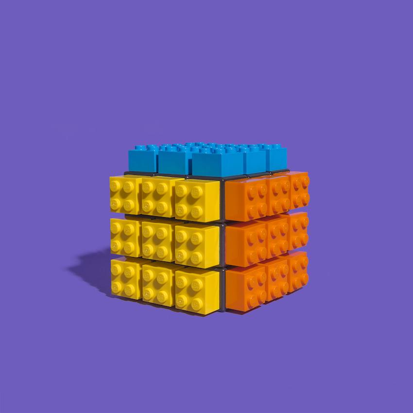 Jaime Sánchez détourne les objets du quotidien en s'amusant avec des LEGO