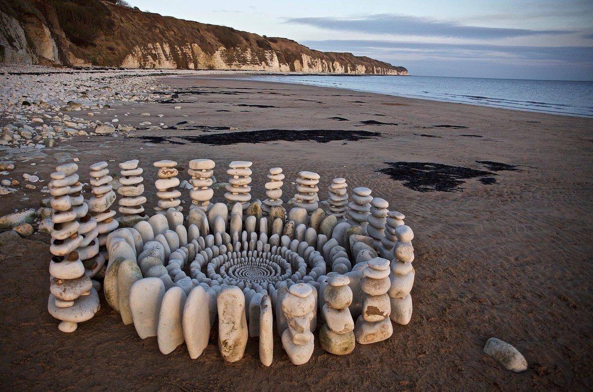 James Brunt joue avec les feuilles et les pierres pour créer des motifs hypnotisants