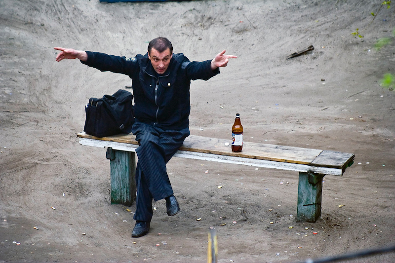 Pendant 10 ans, Jeka Kotenko photographie le même banc et la vie qui l'entoure