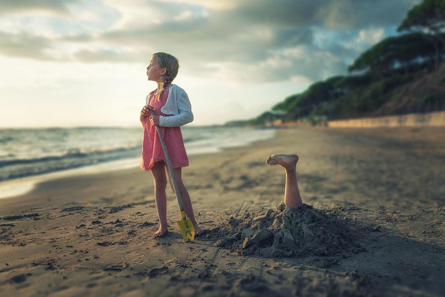 Le photographe John Wilhelm met en scène ses filles dans des montages extraordinaires