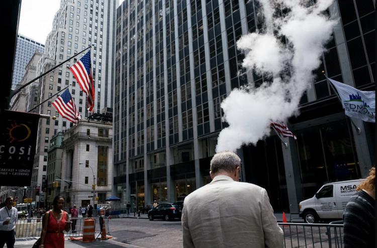 Le photographe Pau Buscató capture des hasards insolites dans les villes du monde entier