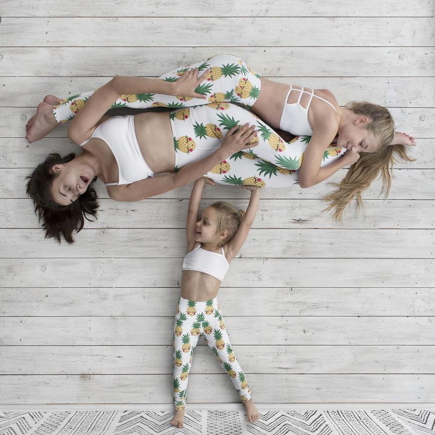 Cette maman se met en scène avec ses filles dans des aventures mignonnes