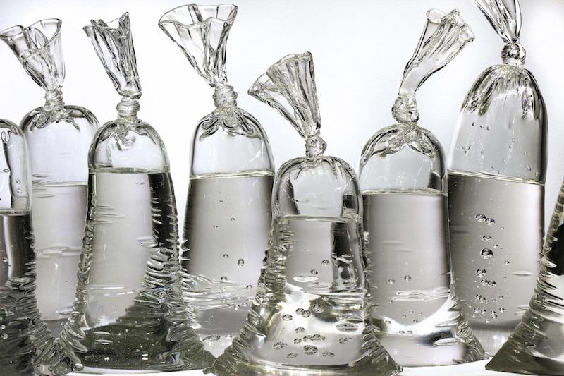 Ces sculptures en verre imitent à la perfection des sacs remplis d'eau