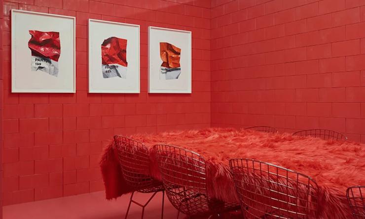 Cette maison tonnante poss de des pi ces de couleurs for Couleur interieur maison moderne