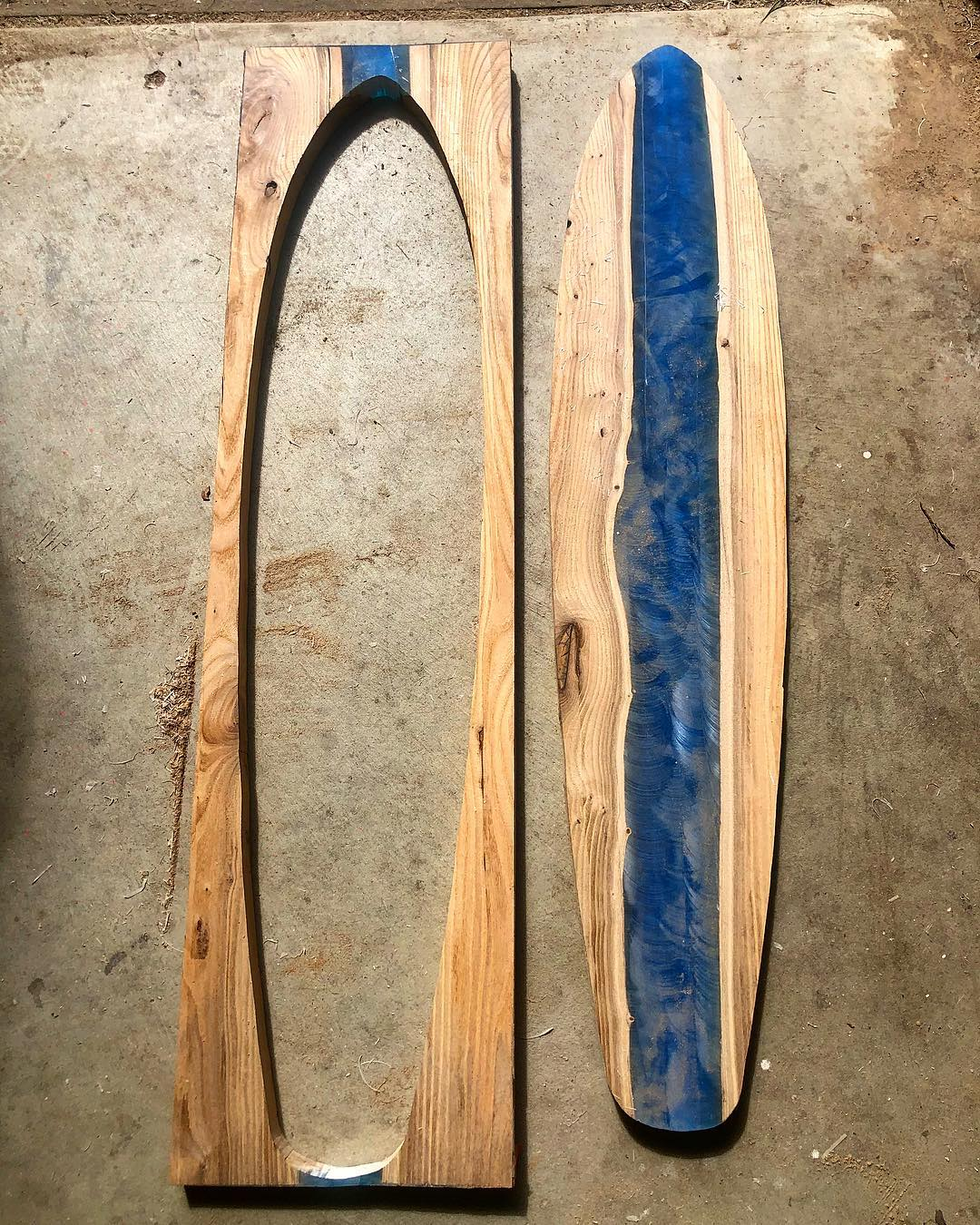 il coule de la r sine color e dans du bois pour cr er de magnifiques longboards. Black Bedroom Furniture Sets. Home Design Ideas