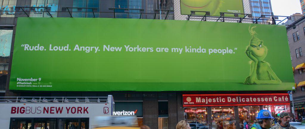"""Une campagne d'affichage géniale et grincheuse hacke le quotidien des américains pour le film """"Le Grinch"""" Par Thomas R.                Campagne-publicitaire-grinch-affichage-1"""