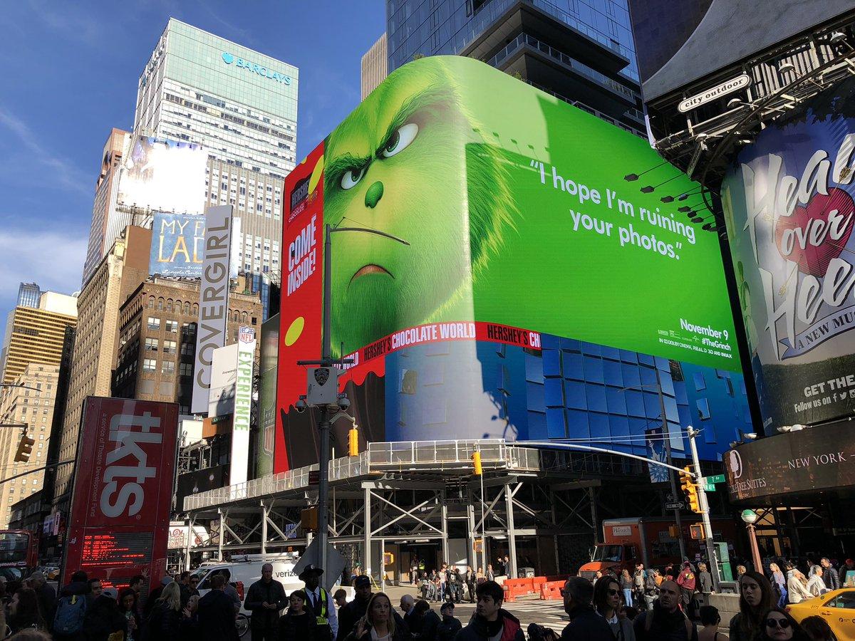 """Une campagne d'affichage géniale et grincheuse hacke le quotidien des américains pour le film """"Le Grinch"""" Par Thomas R.                Campagne-publicitaire-grinch-affichage-4"""