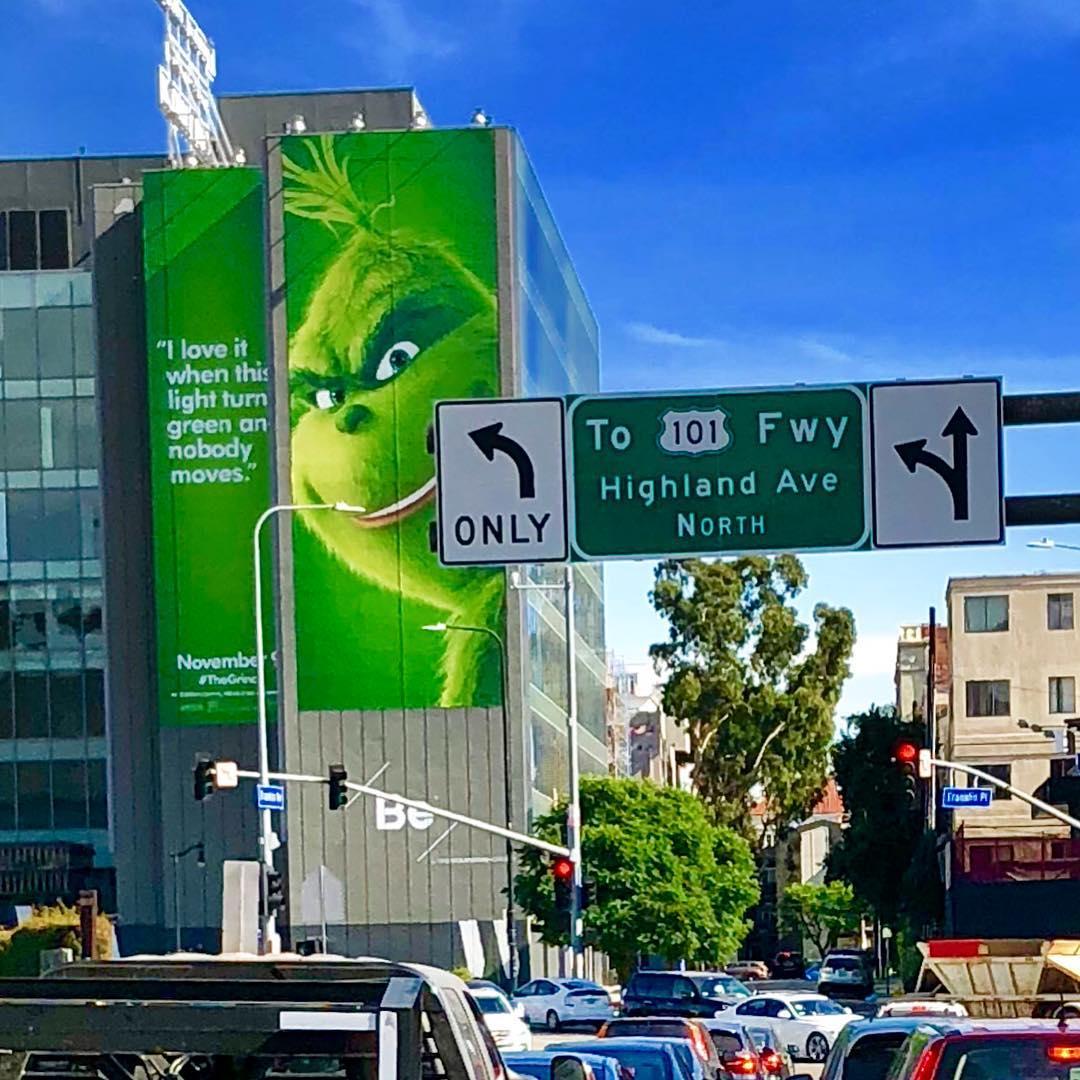 """Une campagne d'affichage géniale et grincheuse hacke le quotidien des américains pour le film """"Le Grinch"""" Par Thomas R.                Campagne-publicitaire-grinch-affichage-5"""
