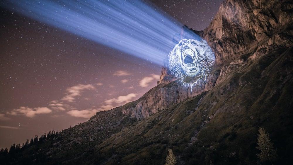 Cet artiste projette des animaux sur des falaises pour sensibiliser à la sauvegarde du monde sauvage ! By Mélanie D.  Julien-nonnon-animaux-lumiere-projection-extinction-16