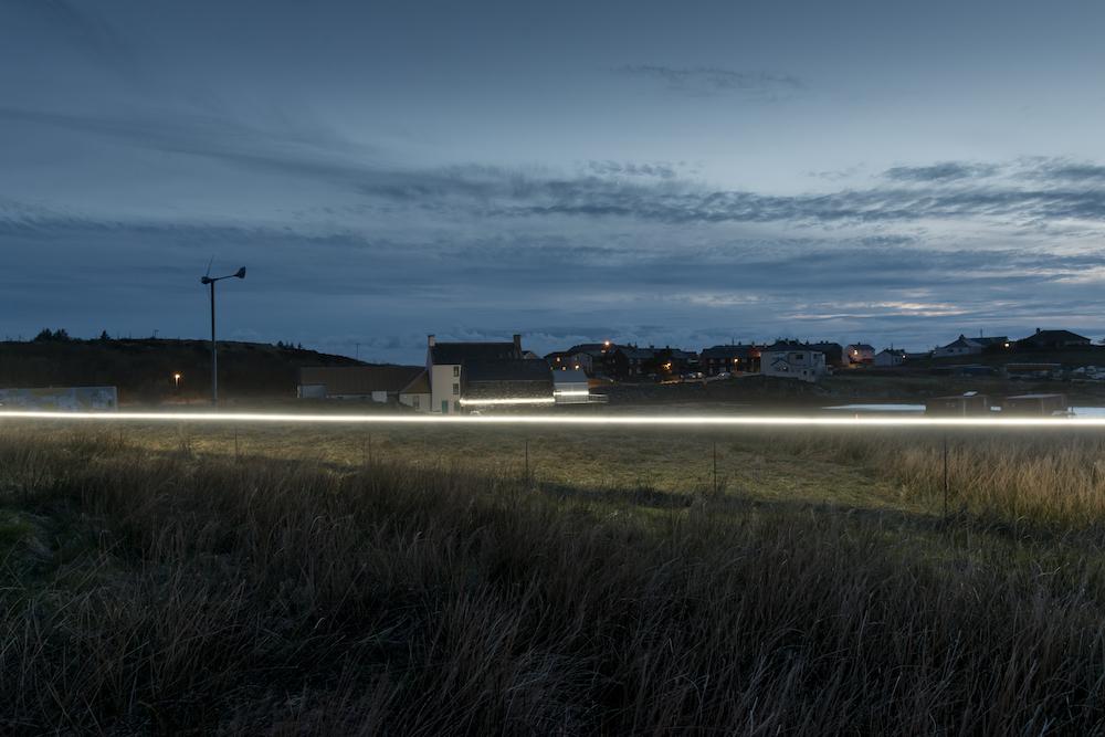 Ce village installe une ligne lumineuse pour sensibiliser à la montée des océans due au réchauffement climatique ! By VICTOR M. Lumiere-ocean-rechauffement-climatique-11
