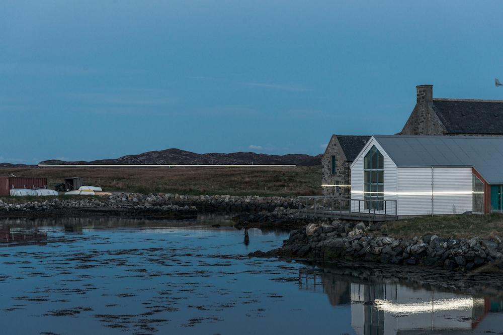 Ce village installe une ligne lumineuse pour sensibiliser à la montée des océans due au réchauffement climatique ! By VICTOR M. Lumiere-ocean-rechauffement-climatique-4