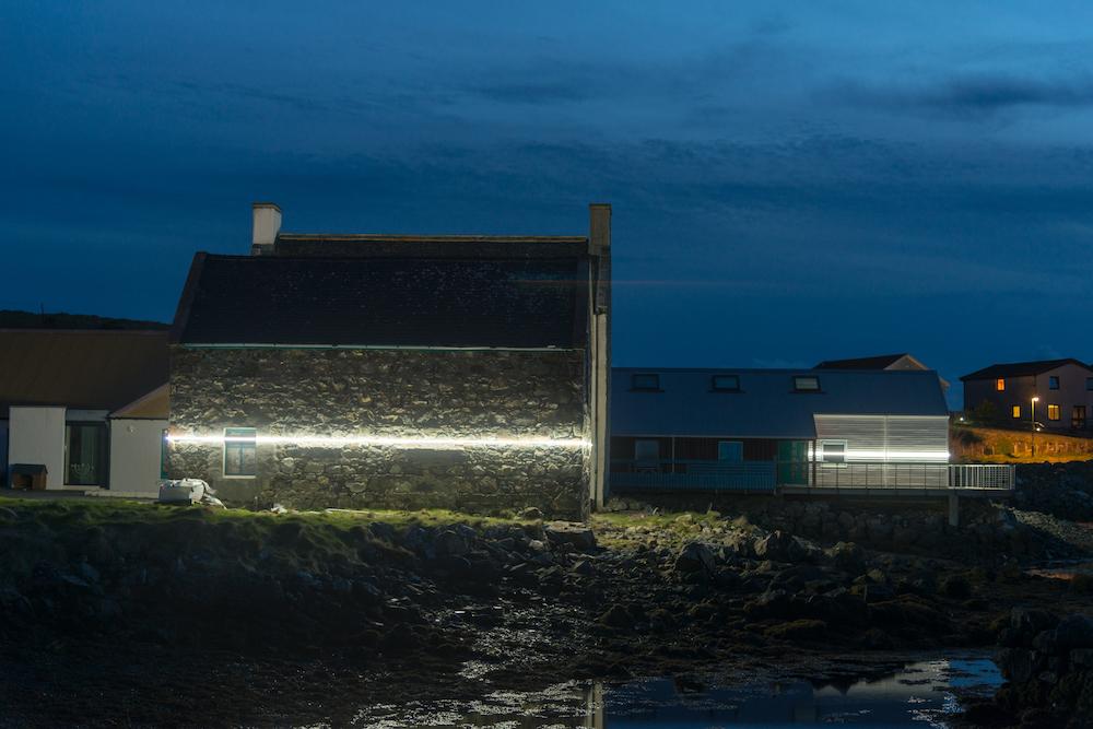 Ce village installe une ligne lumineuse pour sensibiliser à la montée des océans due au réchauffement climatique ! By VICTOR M. Lumiere-ocean-rechauffement-climatique-6