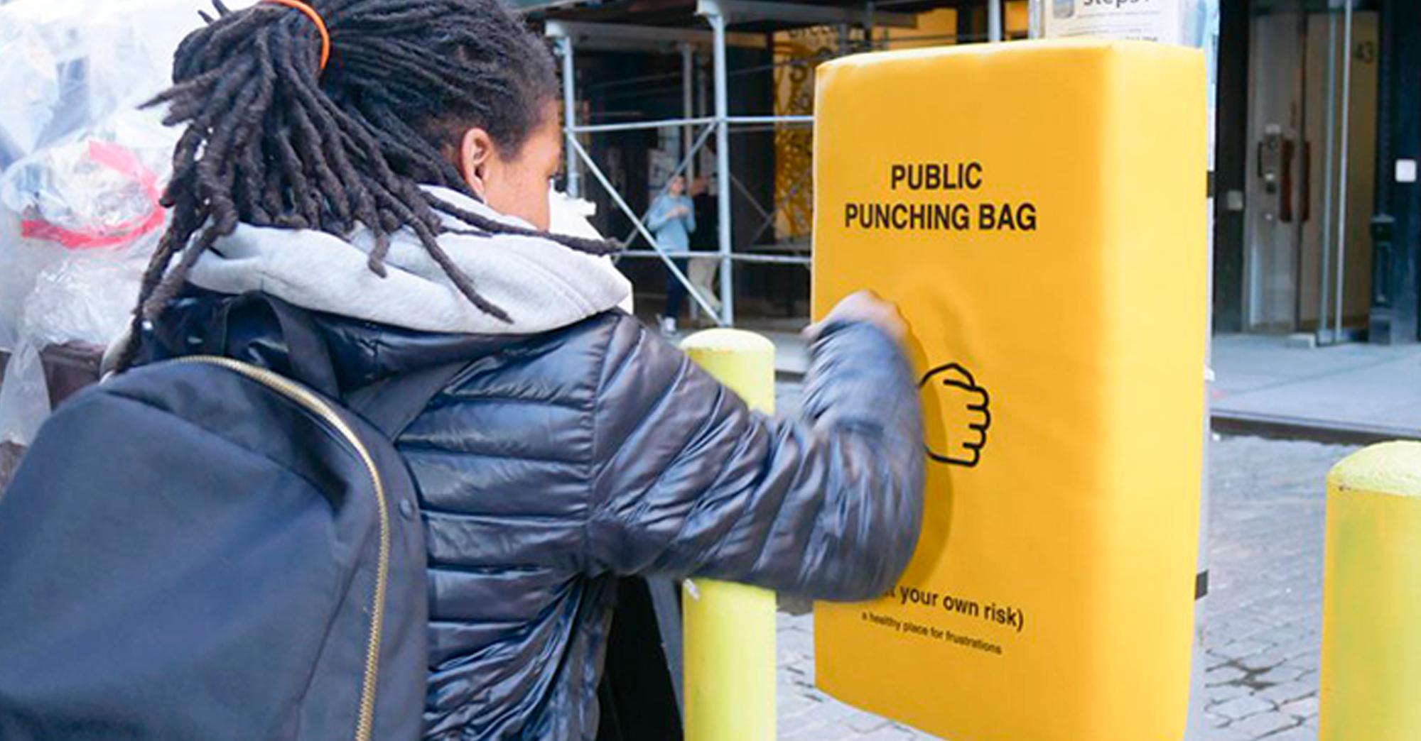 À New York, des sacs de frappe sont installés dans la rue pour soulager votre colère