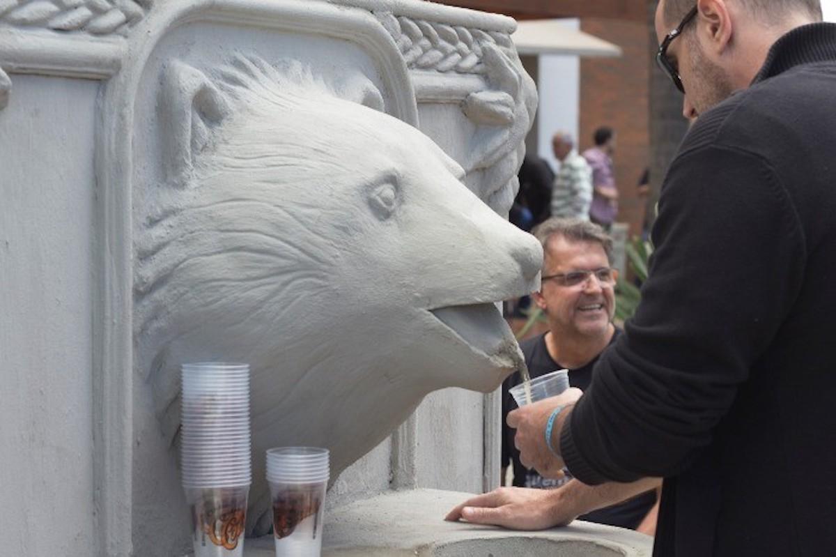 Une fontaine à bière gratuite en forme d'ours dans la ville de São Paulo