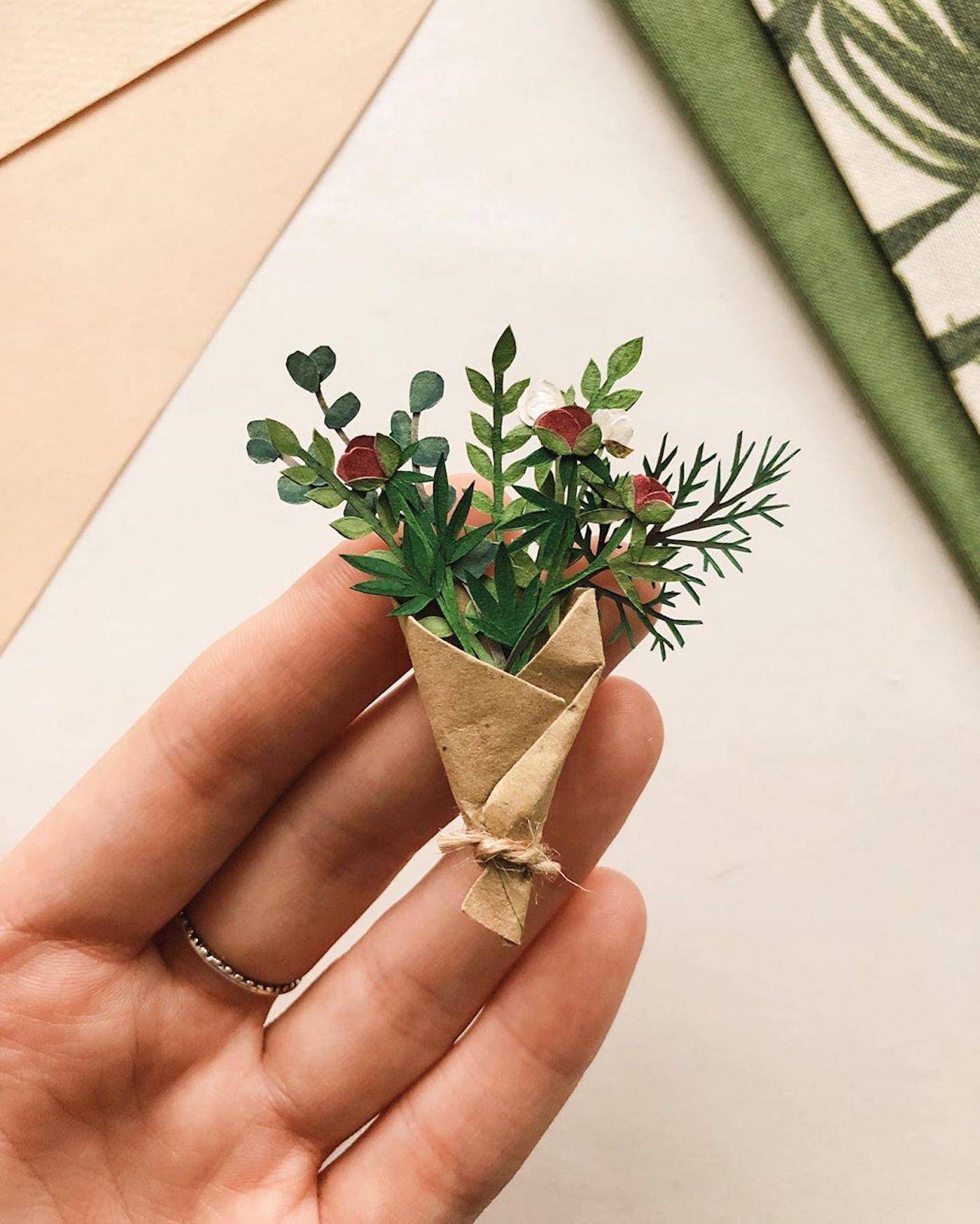 L'artiste Tania Lissova crée des bouquets de fleurs miniatures en papier