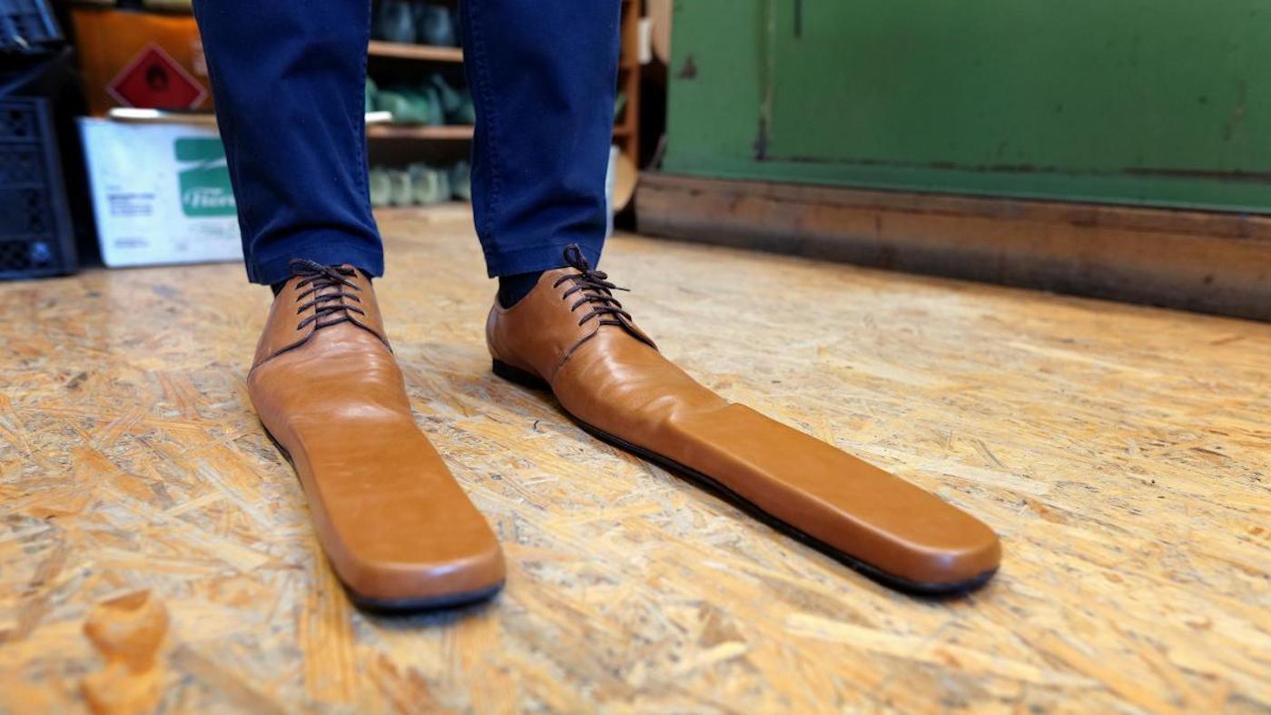 Un cordonnier roumain crée des chaussures taille 75 pour la distanciation physique