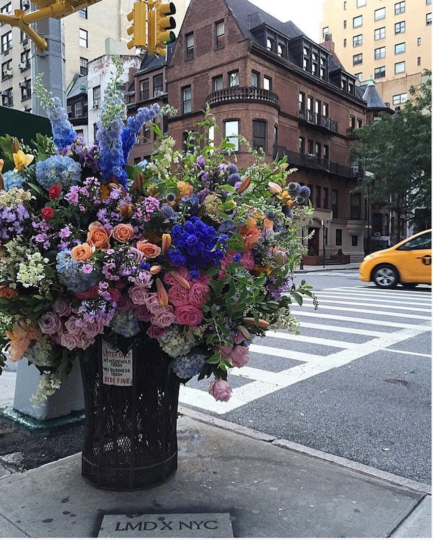 Le fleuriste Lewis Miller transforme les poubelles de New York en vases géants