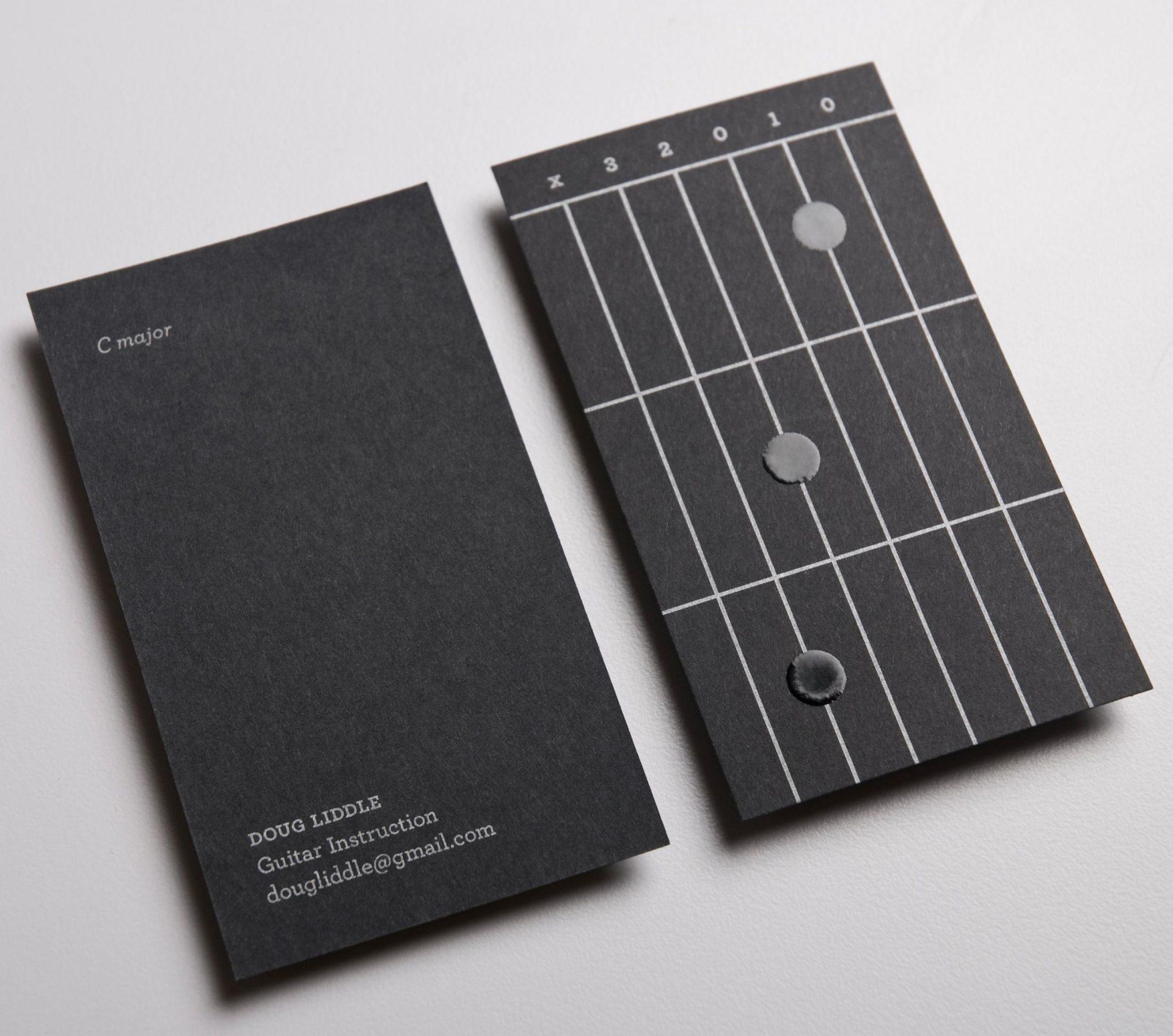 La carte de visite de ce prof de guitare permet d'apprendre les accords