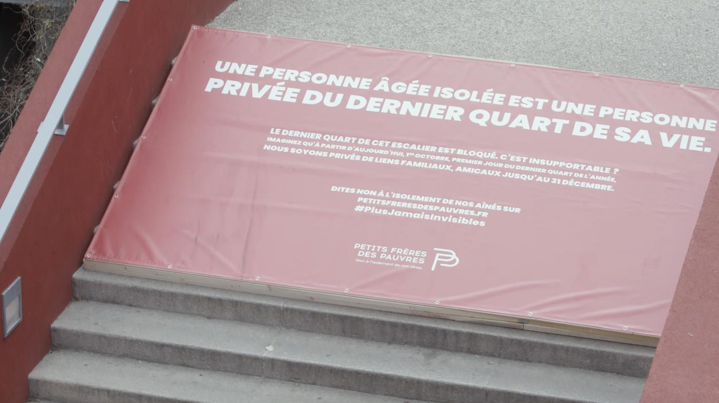 Paris : un escalier inaccessible pour sensibiliser à l'isolement des personnages âgées