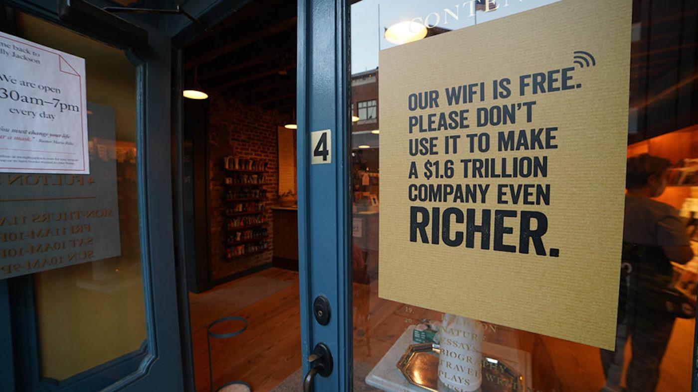 États-Unis : les libraires indépendants se liguent contre Amazon en jouant avec leurs vitrines