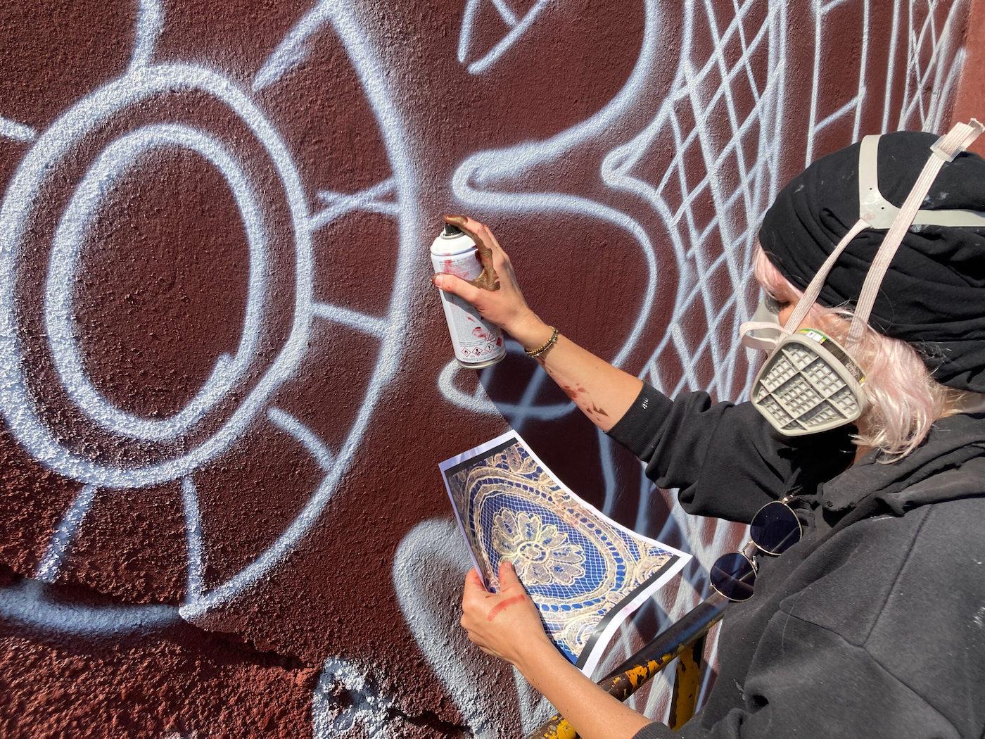 Cette immense fresque murale rend hommage à la dentelle de Calais