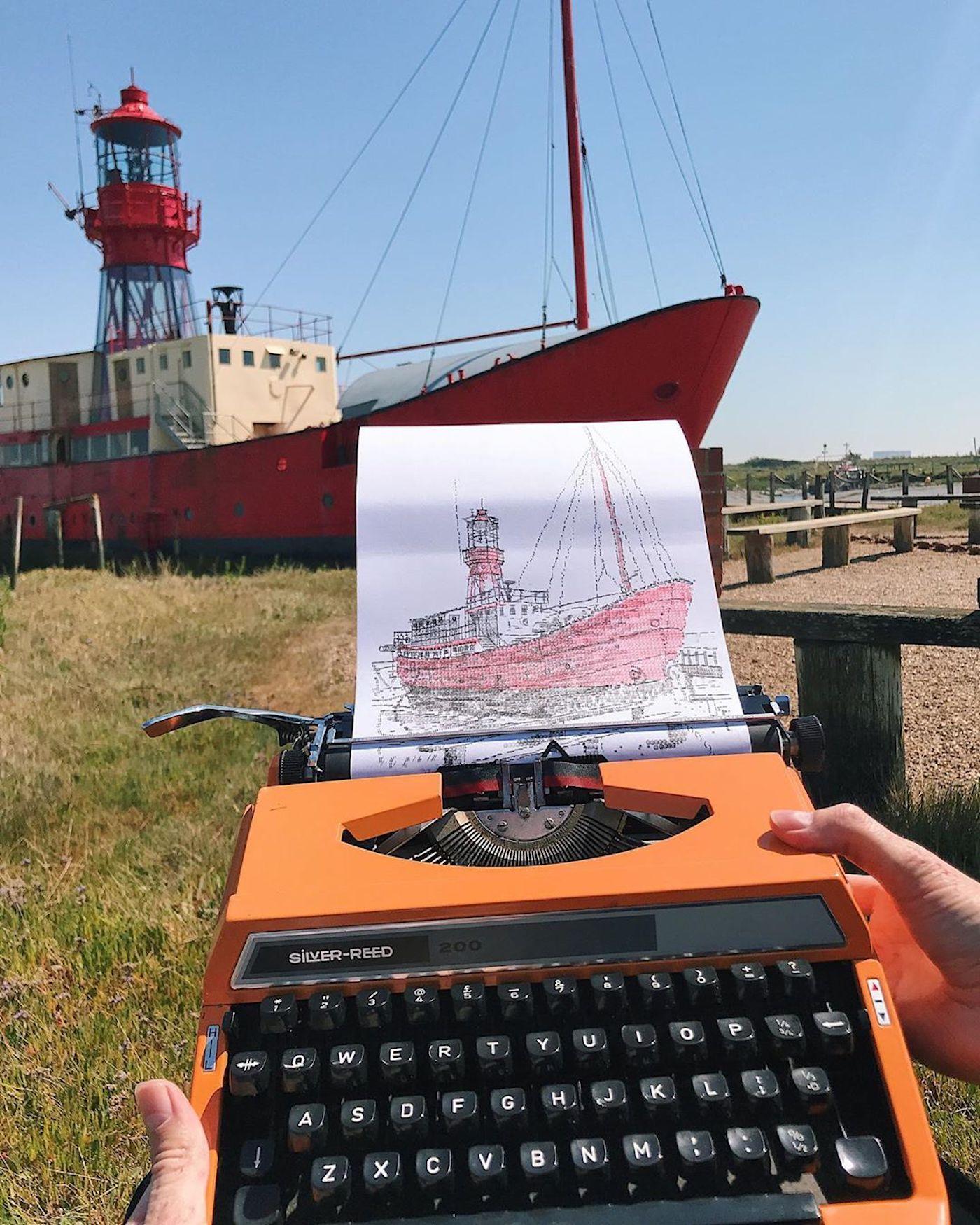 L'artiste James Cook dessine en tapant sur sa machine à écrire