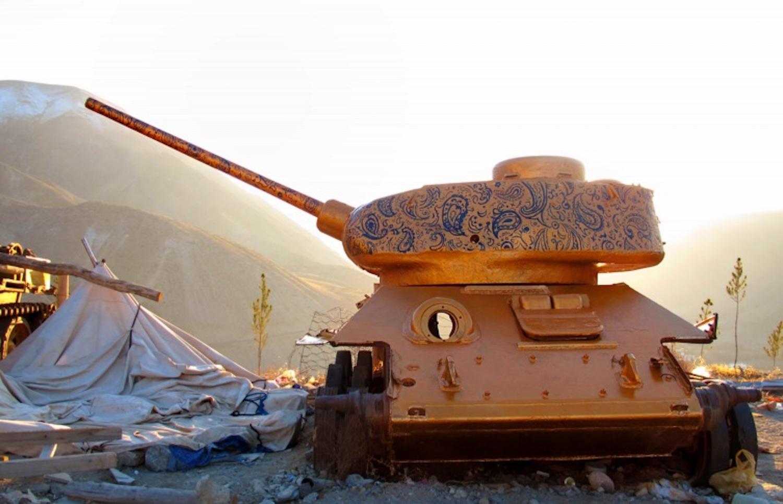 Afghanistan : l'artiste Neda Tayeibi transforme les véhicules militaires abandonnés en art