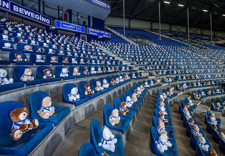 15000 oursons en peluche dans un stade pour lever de l'argent contre le cancer des enfants
