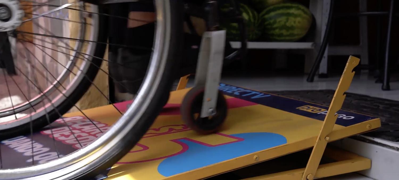 Ce panneau de pub se transforme en rampe d'accès pour les fauteuils roulants