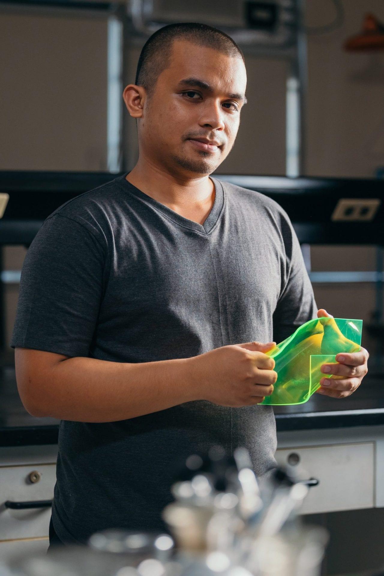 AuREUS : l'étudiant Carvey Ehren R. Maigue révolutionne les panneaux solaires avec... des déchets alimentaires