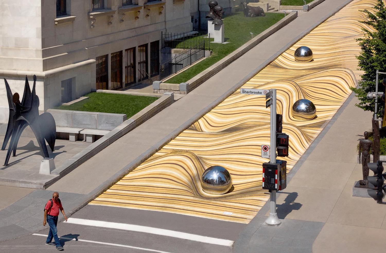 À Montréal, cette rue a été peinte pour créer l'illusion d'une dune de sable
