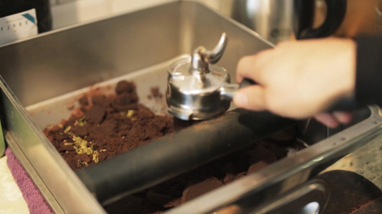 Recycler le marc de café en tasse à café