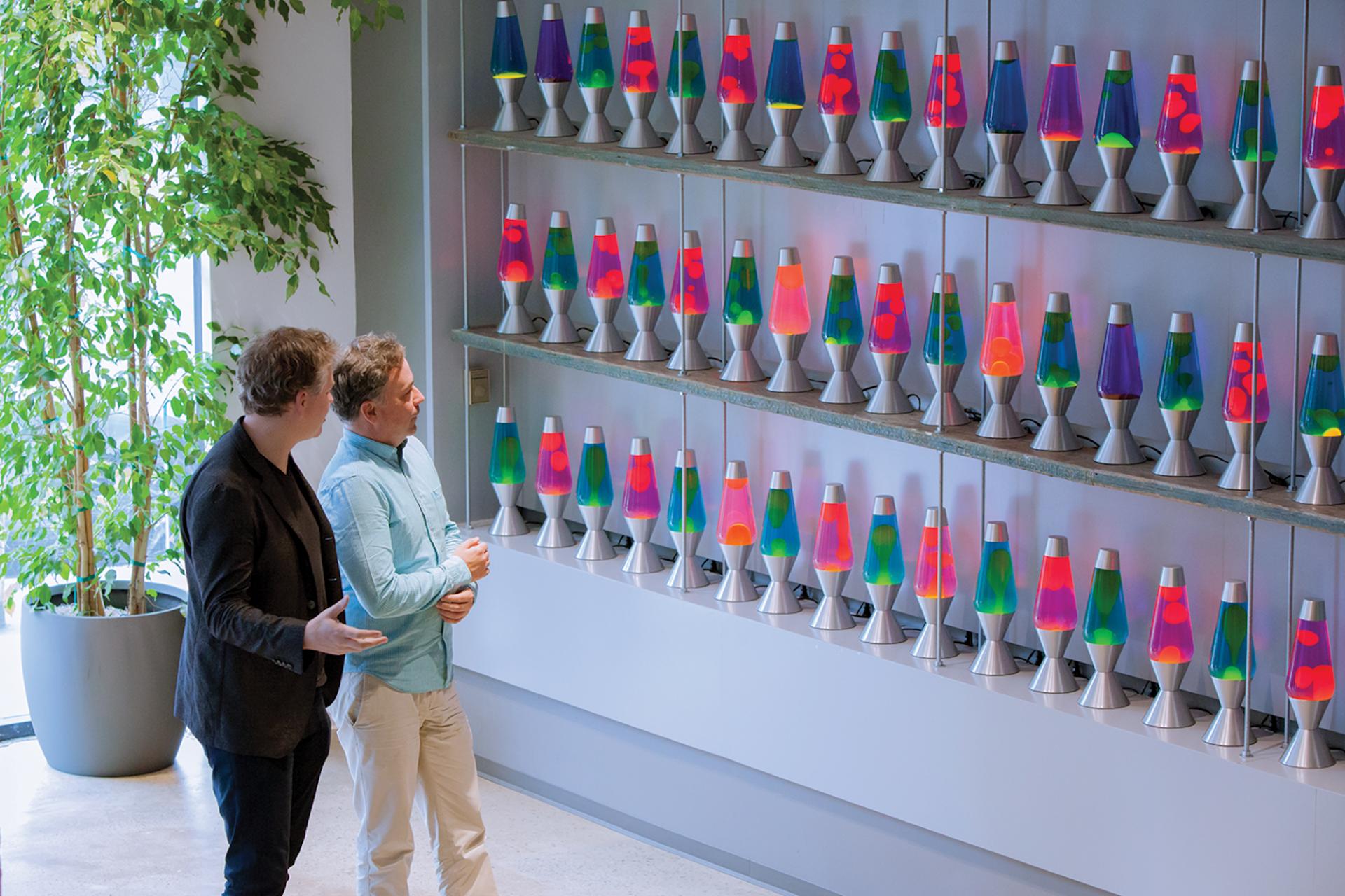La société Cloudflare sécurise 10% du trafic internet mondial avec... ce mur de lampes à lave