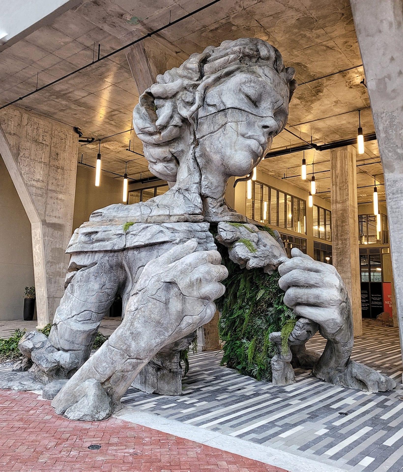 Cette statue de 9 mètres de haut réalisée par Daniel Popper ouvre sa poitrine pour dévoiler un tunnel de fougères