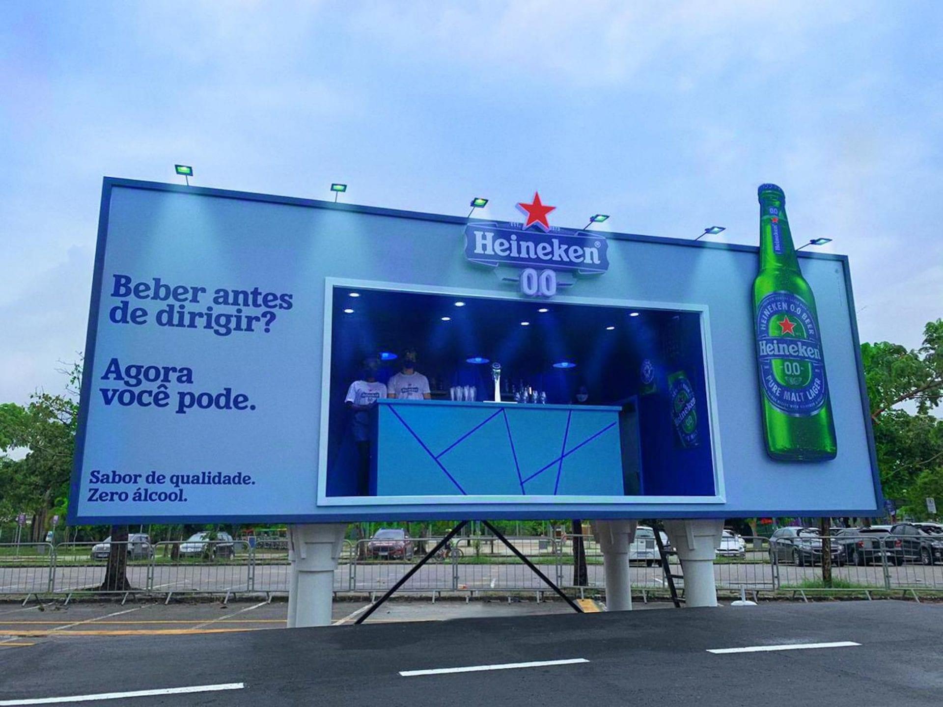 Heineken transforme un panneau publicitaire en bar pour promouvoir sa bière sans alcool